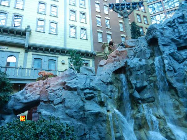 Rotsen met waterval in Sam's Town