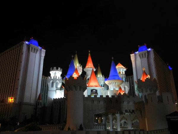De prachtig verlichte torens van het Excalibur Hotel in Las Vegas!