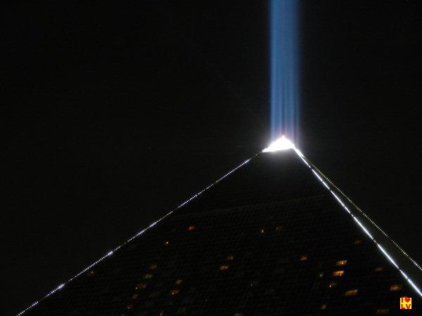 Een gedeelte van de Luxor piramide in Las Vegas met de bekende lichtbundel