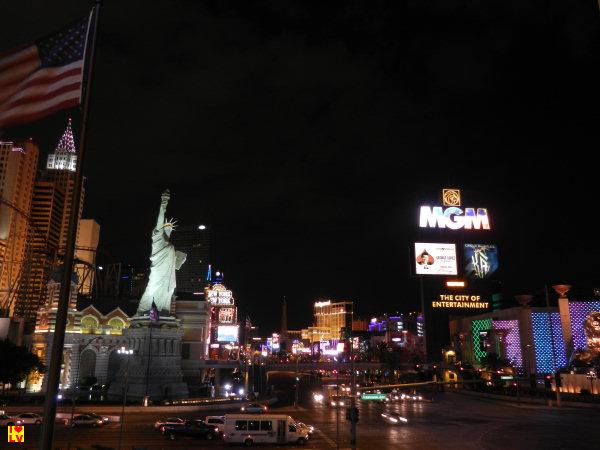 Uitzicht op het NY-NY Hotel met het Vrijheids beeld en het MGM Grand Hotel