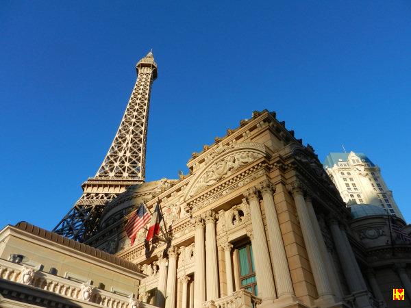 Onze buurman, het Paris Hotel met een replica Eiffeltoren van 165 meter hoog.
