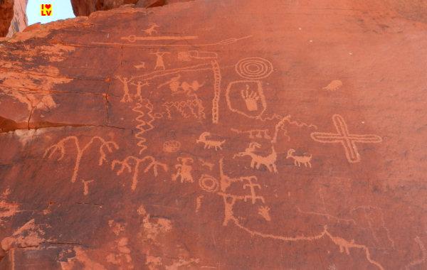Oude Rotstekeningen (Petroglyphs) bij de Atlatl Rock in het Valley of Fire State Park