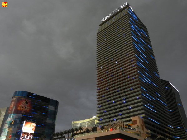 rijze bewolking boven het Cosmopolitan Hotel. Het is erg fris!