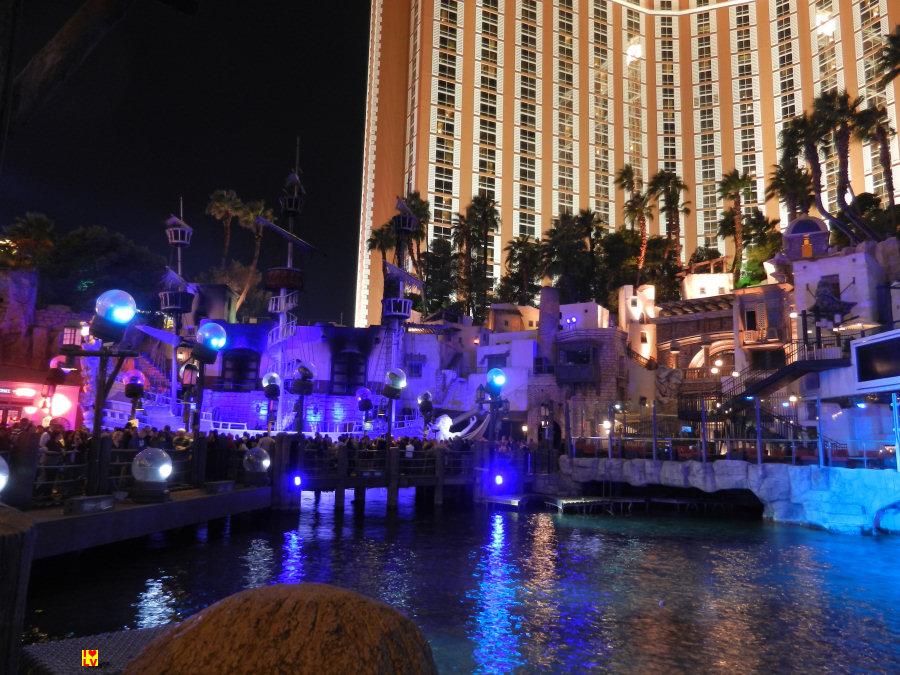 Elke dag kun je genieten van de show Sirens of TI bij het Treasure Island Hotel