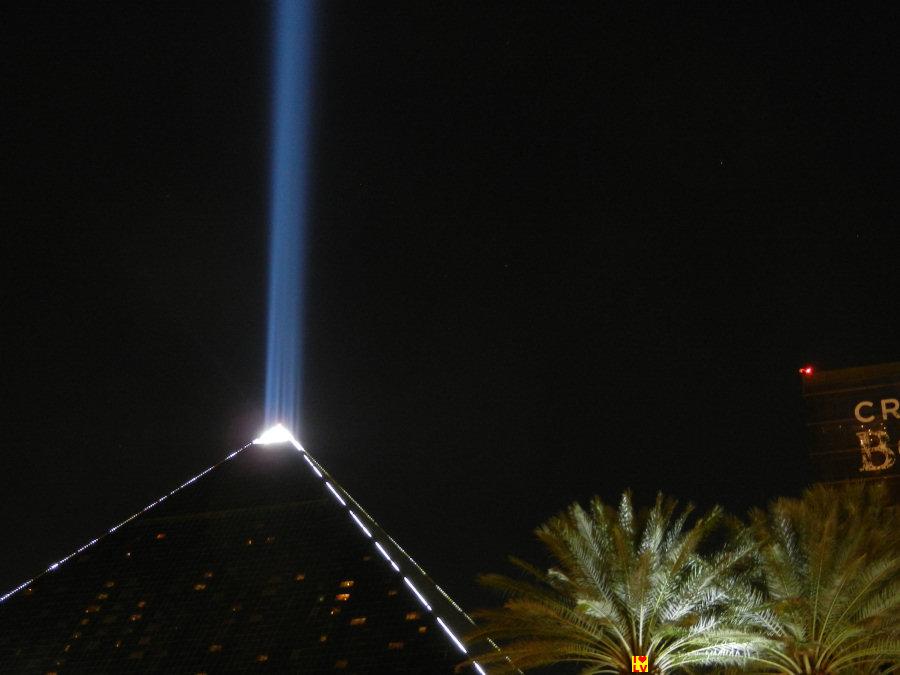 De lichtbundel vanuit het Luxor hotel in Las Vegas reikt heel ver.