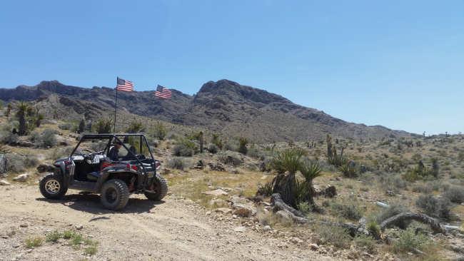 Door de woestijn rijden met een off road voertuig